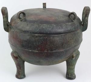Fig. 2 – Vasilha tripoide cerimonial para alimentos Ting (ou Ding). Bronze - China – Dinastia Zhou do Leste. (Período Estados Guerreiros) sec. III-IV AC Peça do acervo do autor.                                                                                              Foto: Guilherme Ortiz