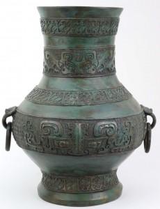 Fig. 5 – Vaso ornamental China Bronze. Dinastia Qing, sec. XVIII – XIX Arcaizante. Imita Dinastia Shang. Notar representação de Taotie, figura do neolítico chinês. Peça do acervo do autor.                                                                                              Foto: Guilherme Ortiz